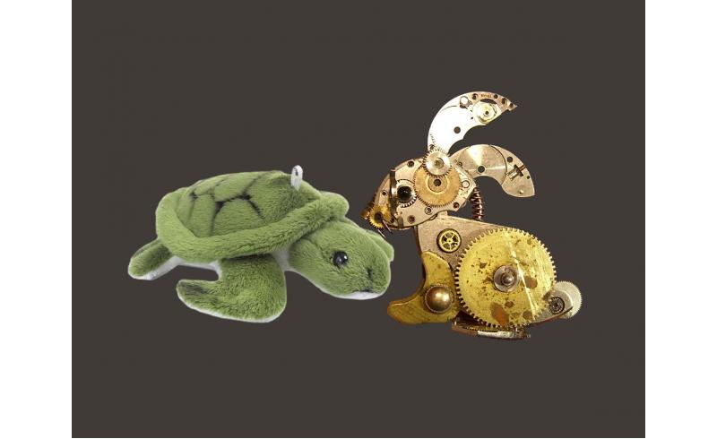 Lièvre mécanique et tortue en peluche